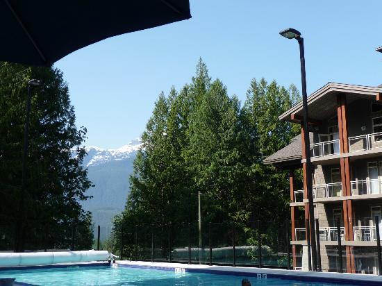 ذا سوتون بليس هوتل رفلستوك ماونتن ريزورت: Swimming pool and mountain view. 