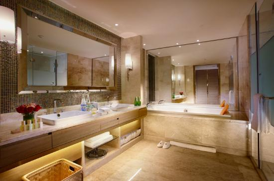 Regal Master Hotel: Bathroom