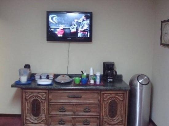 Budget Host Inn Gilman : Breakfastbar