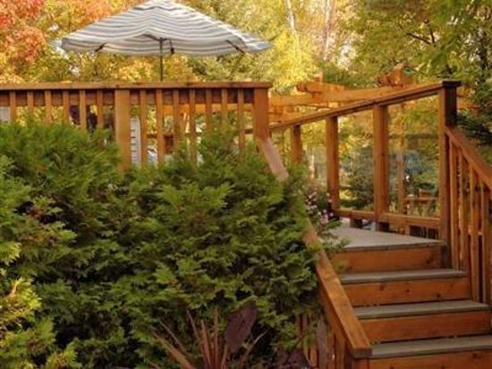 Evergreen Gate Bed and Breakfast: Relax on the deck