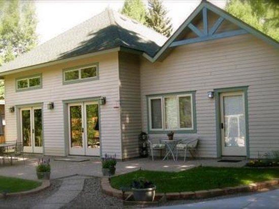 Conifer House Inn : Rear Patio