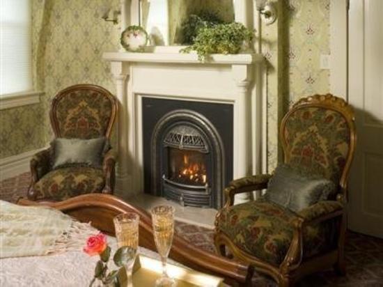 Silver Queen Bed & Breakfast: Fireplace