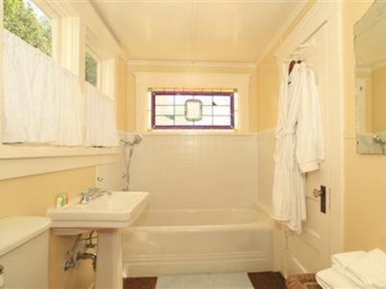 Arroyo Vista Inn: Bathroom