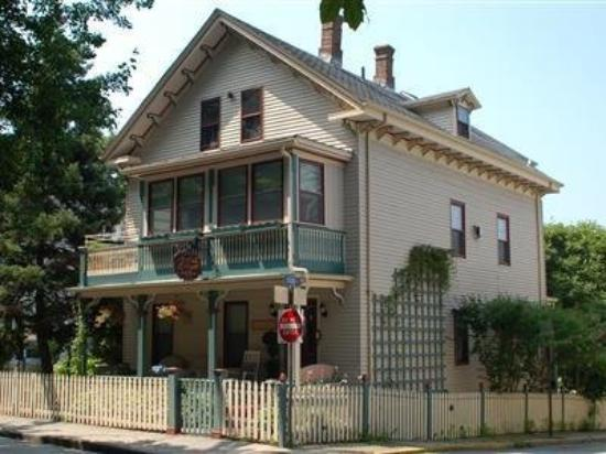 Artful Lodger Inn: Exterior