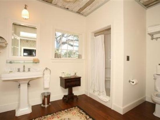 The Elms Bed and Breakfast: Guest Room Bath