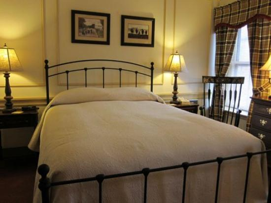 Strasburg Village Inn: Room 5, traditional room with queen bed