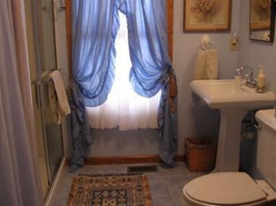 Elves Manor Guest House: Guest Room Bath