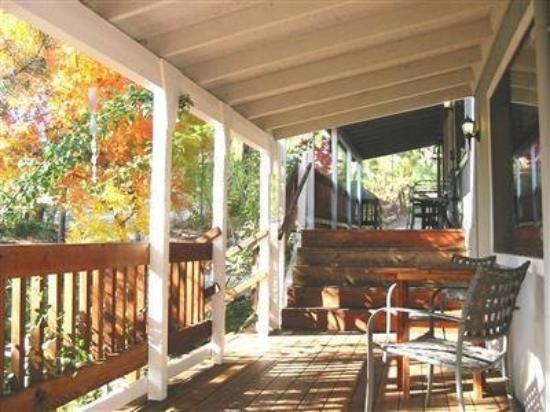 Sierra Mountain Lodge - Yosemite: Lots of covered porches!