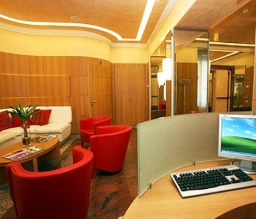 Le Petit Hotel: Lobby View