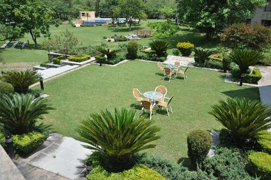 Country Inn & Suites By Carlson, Vaishno: Lawns