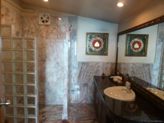 Sandalwood Luxury Villas: Bathroom