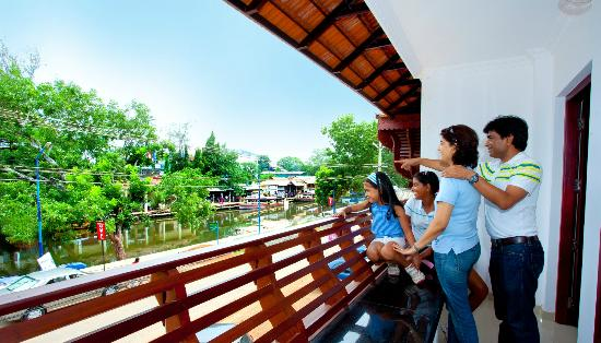 Hotel Sisir Palace : Canals & Road Infront