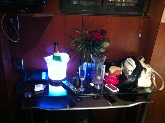 Le VIP Paris Yacht Hotel : Champagne, roses et LoveBox en cabine...