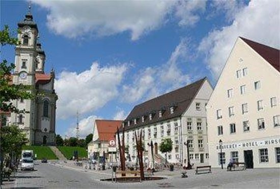 Akzent Hotel Brauerei Hirsch: Marktplatzblick auf Basilika und Hotel Hirsch