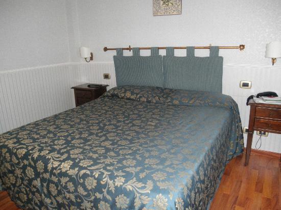 Hotel Arcobaleno: cama de matrimonio muy confortable