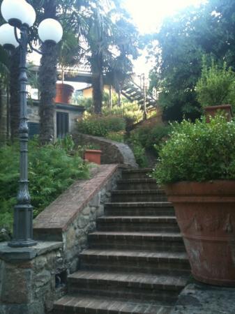 Villaggio Albergo San Lorenzo / Hotel & Residence Santa Caterina: descente vers le restaurant de l hôtel