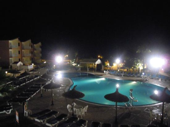 Apartamentos Roc Cala d'en Blanes Beach Club: vista notturna della piscina