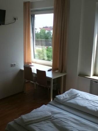 A&O Nuernberg Hauptbahnhof: en-suite hotel room
