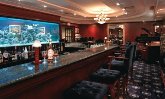 Chateau Louis Hotel & Conference Centre: Julian's Piano Bar