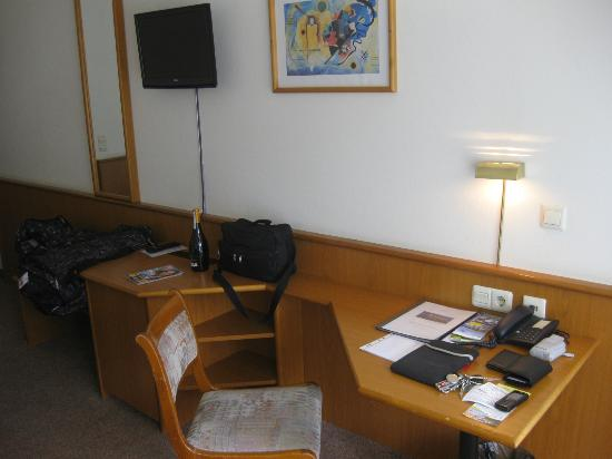 Parkhotel Olsberg: TV met bureau