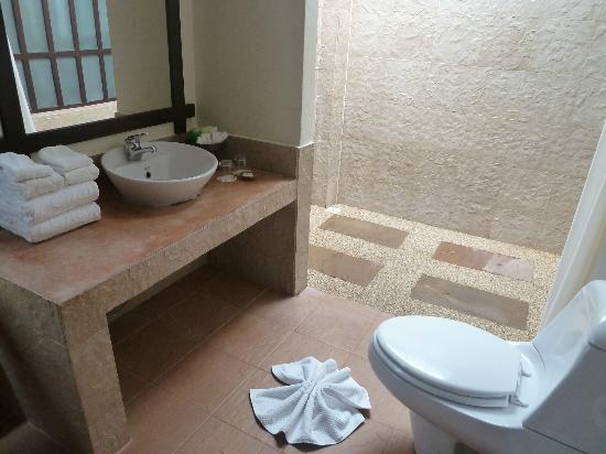 Baan Chaweng Beach Resort & Spa: Lovely bathroom area is thoroughly cleaned and replenished daily