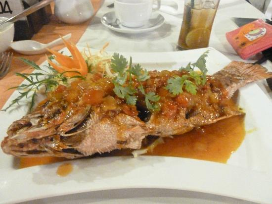 Baan Chaweng Beach Resort & Spa: Whole Fried Fish and Chilli Salsa at Baan Chaweng Restaurant ONLY 450BHT and so DEICIOUS