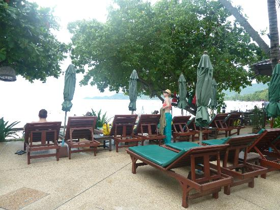 Baan Chaweng Beach Resort & Spa: Enough pool and beach lounges for ALL