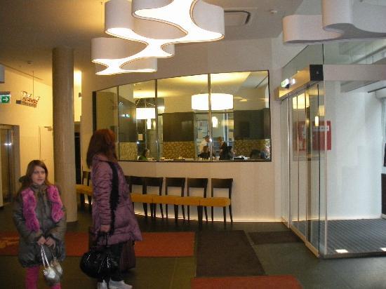 هوتل بوست: Entry interior and restaurant - Bright, Welcoming