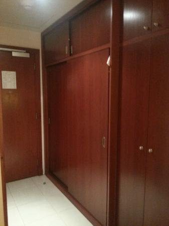 Makarem Umm Alqura Hotel: A view of the cupboard from the Bedroom