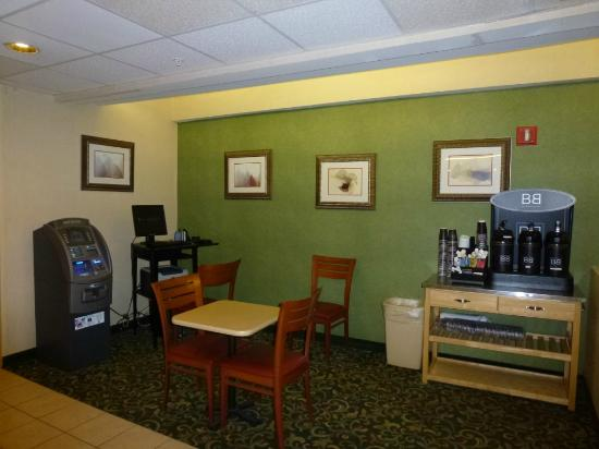 Fairfield Inn & Suites Dallas DFW Airport North/Irving: computer/coffee/tea area