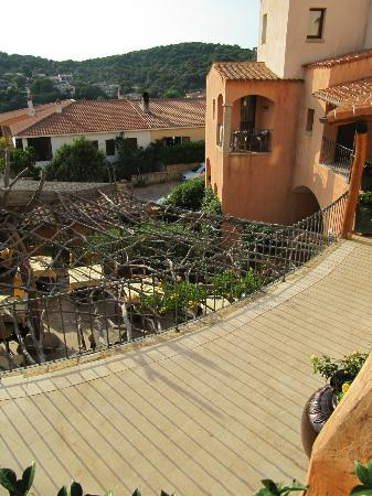 Hotel Arathena: Looking down to dinning terrace