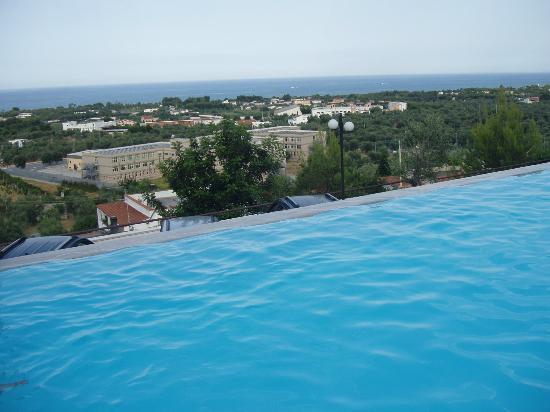 Piscina vista mare foto di villa dei pini vieste - Villa dei sogni piscina ...