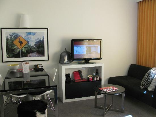 Adina Apartment Hotel Berlin Hackescher Markt: TV & sitting area