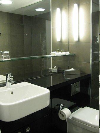 Adina Apartment Hotel Berlin Hackescher Markt: bathroom