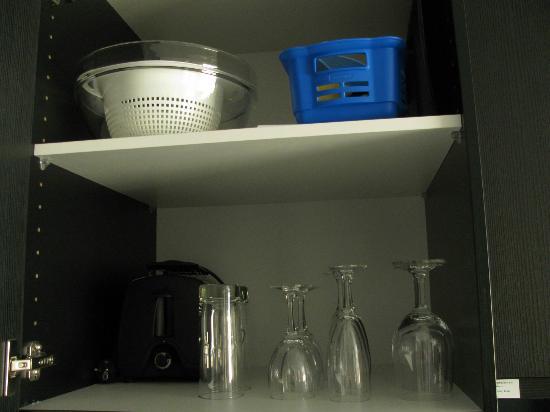 Adina Apartment Hotel Berlin Hackescher Markt: inside kitchen cabinets 4