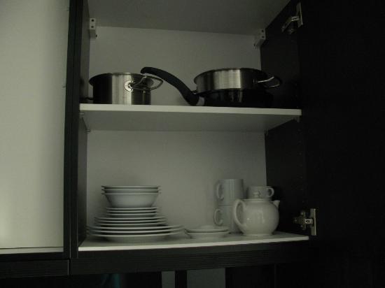 Adina Apartment Hotel Berlin Hackescher Markt: inside kitchen cabinets 1