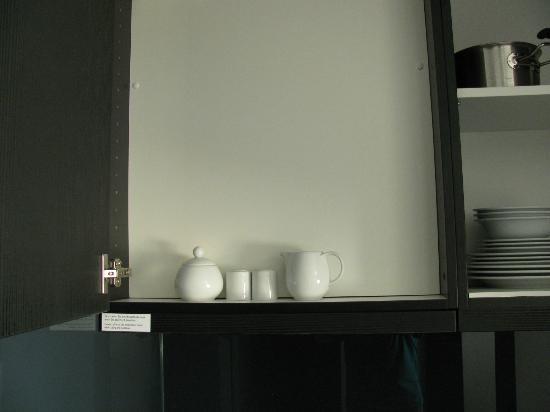 Adina Apartment Hotel Berlin Hackescher Markt: inside kitchen cabinets 3