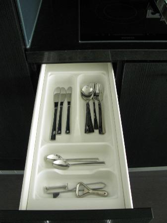 Adina Apartment Hotel Berlin Hackescher Markt: inside kitchen cabinets 7