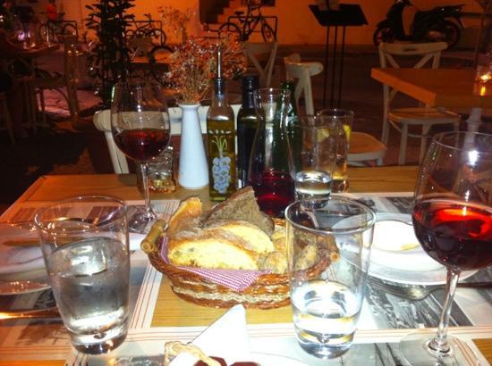 Corina Restaurant : Mandje brood met tapenade, wijn en water...