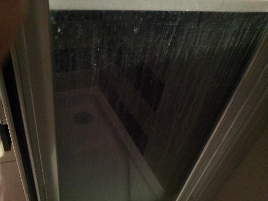 Hotel Spa Las Motas: vue de la douche non nettoyé entre le lavabo et celle-ci