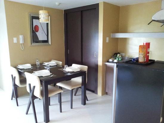 The Exchange Regency Residence Hotel: Kitchen and Dining Area