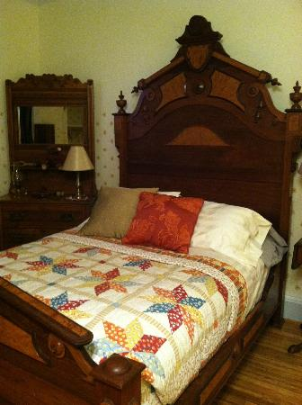 Sherburne, État de New York : My beautiful bed before I got into it!
