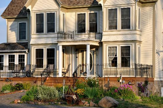 Creekside Bed & Breakfast: front view of house and gardens
