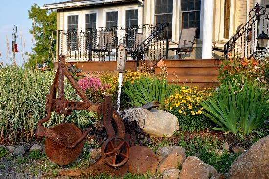 Creekside Bed & Breakfast: bird feeders and old farm implements add visual interest