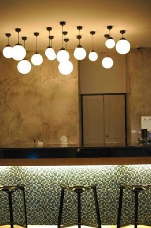 Hang Around Restaurant & Bar: Bar design