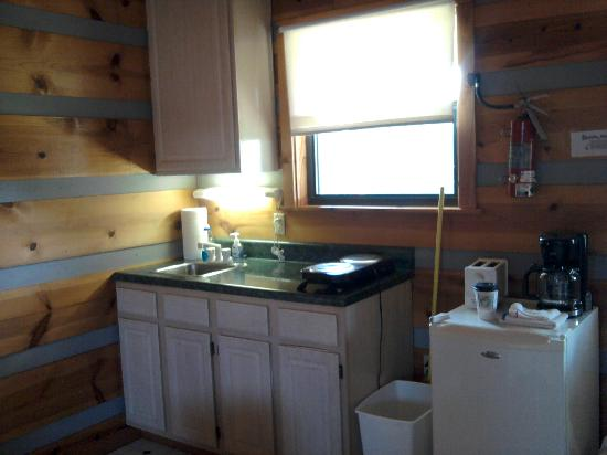 Riverside RV Park & Resort: Kitchen area Cabin 6