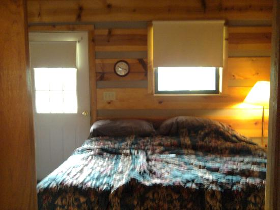 Riverside RV Park & Resort: King Bed in Cabin 6