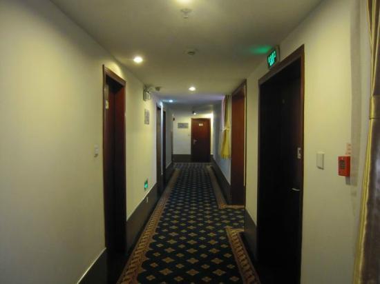 Jinyue 99 Inn Shanghai Pudong Airport Shiwan: hotel corridors