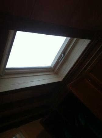 Hotel Touring & Internazionale: La finestra della camera senza una tenda luce piena fin dalle prime ore del mattino!!