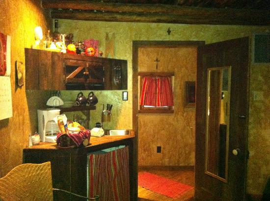 7F Lodge: Kitchen and bathroom entrance